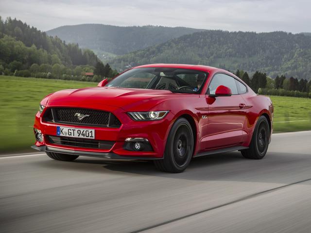 """Ford Mustang   Ford Mustang jest najlepiej sprzedającym się samochodem sportowym w Stanach Zjednoczonych w ciągu ostatnich 50 lat. Z danych IHS Markit wynika, że dzięki wzrostowi sprzedaży w Europie i kilkunastu innych krajach, jest najchętniej kupowanym """"sportowcem"""" na świecie.  Fot. Ford"""