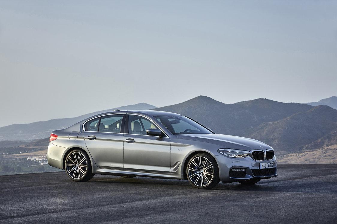 BMW Serii 5 (G30)  Samochód powstał na nowej platformie CLAR, co spowodowało, że samochód jest lżejszy o 100 kilogramów w stosunku do poprzednika. Zależnie od rodzaju układu napędowego waży od 1540 do 1595 kg.  Fot. BMW