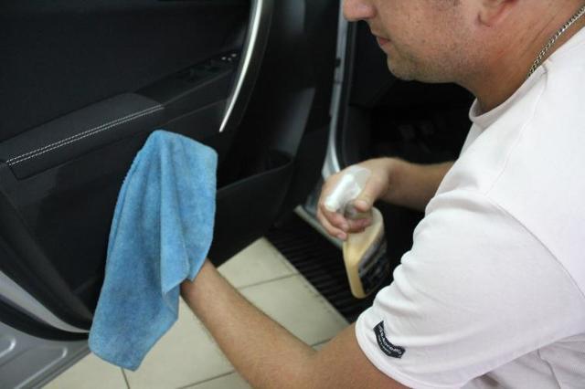 Pranie tapicerki samochodowej. Skóra, welur, tkaniny. FOTOPORADNIK