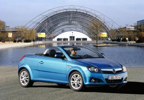 Fot. Opel: Opel Tigra Twin Top ma nowoczesną linię nadwozia, które mieści 2 osoby.