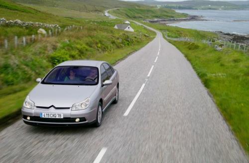 Każda osoba jadąca samochodem nieco inaczej odbiera wrażenie komfortu, który jest pojęciem subiektywnym. Producenci pojazdów różnie konstruują swoje modele – w jednych zawieszenie jest miękkie, w innych bardziej twarde. Tylko jazda próbna odpowie n