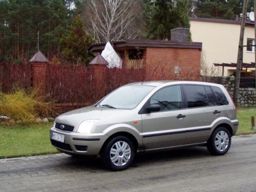 Fot. R. Polit: Ford Fusion lansowany jest jako samochód miejski. Powstał na płycie podłogowej Fiesty.
