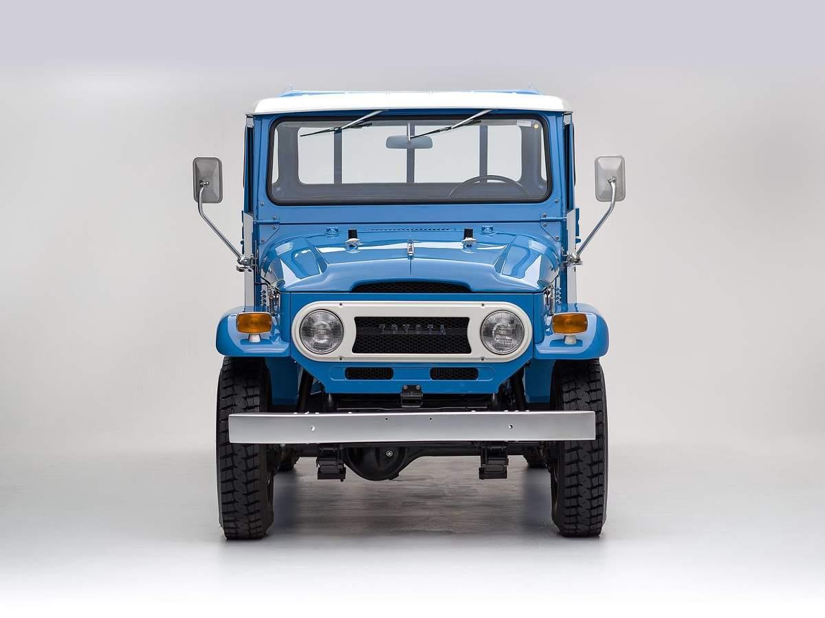Land Cruiser FJ45 pick-up  Pick-up FJ45 został odrestaurowany w 2015 roku w oryginalnym, odpowiadającym swoim czasom kolorze Sky Blue. Samochód otrzymał nowe części zawieszenia, zbiornik paliwa, chłodnicę, gaźnik, rozrusznik, okablowanie silnika, uszczelkę wydechu i przebudowane hamulce.  Fot. Toyota