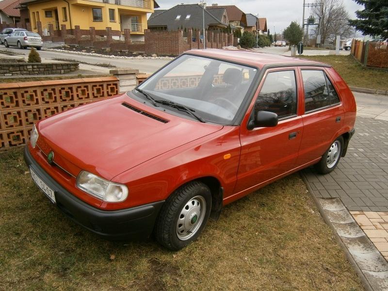 Skoda Felicia   Czerwona Skoda Felicia została wyprodukowana w roku 1996. Starsza pani, będąca właścicielem auta, wyprowadzała je z garażu wyłącznie na specjalne okazje. Jednocześnie nie chciała ani sprzedać, ani oddać hatchbacka. Skutek jest prosty do przewidzenia. Skoda ma 20 lat, ale mimo wszystko pokonała do tej pory zaledwie 3555 kilometrów.  Fot. Skoda
