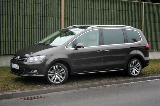Volkswagen Sharan   Najtańszy Galaxy z benzynowym silnikiem 1.5 EcoBoost o mocy 160 KM kosztuje 119 000 zł, z kolei cennik Sharana otwiera benzynowa, 150-konna wersja 1.4 TSI za 115 490 zł.  fot. Dariusz Dobosz