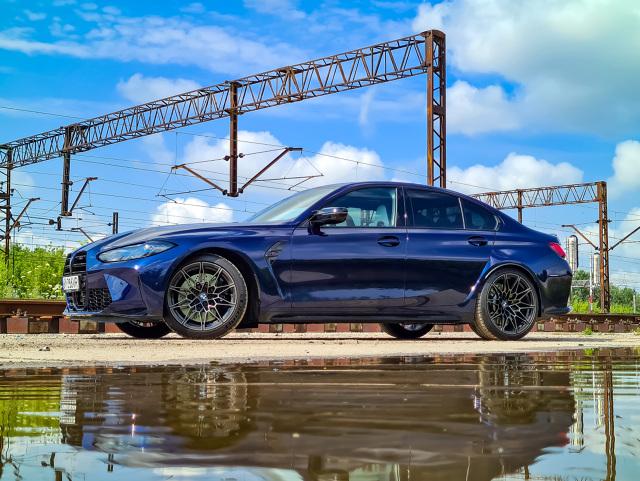 """Jakiś czas temu testowałem BMW M4 Competition, które wywoływało skrajne emocje. Od zachwytu, po niemal wrogość wśród innych kierowców i postronnych gapiów. Z BMW M3 Competition było nieco inaczej, również ze względu na stonowaną konfigurację. Ciemnoniebieski lakier, brak rzucających się w oczy dodatków z włókna węglowego i """"zwykłe"""" czterodrzwiowe nadwozie typu sedan. Ta zmiana sprawiła, że do samochodu podszedłem nieco inaczej. Wnioski? Jest niesamowity! Fot. Kamil Rogala"""