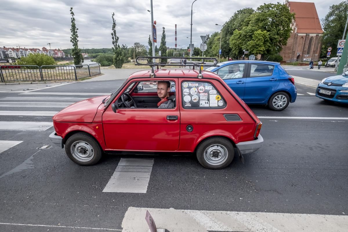 Fiat 126p  W swoim czasie Fiat 126p był jednym z najpopularniejszych samochodów w Polsce. Mówi się – i nie ma w tym krzty przesady – że ten produkowany od 1972 do 2000 roku model zmotoryzował nasz kraj. W Polsce powstawał od 6 czerwca 1973 do 22 września 2000 roku.  Fot. Robert Woźniak