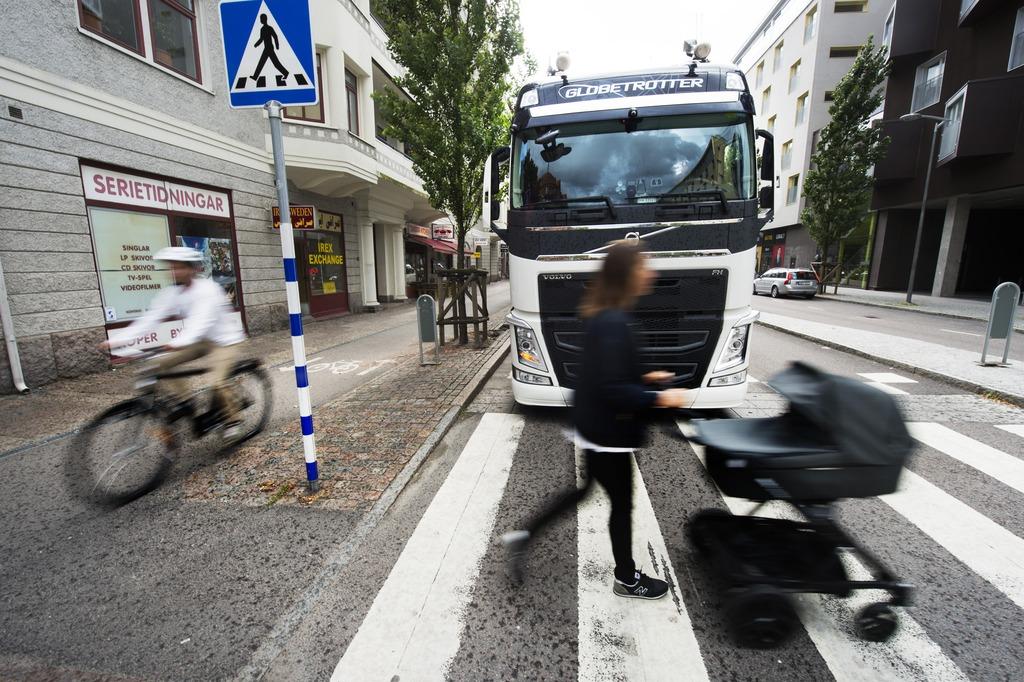 Inżynierowie Volvo opracowali system, który wykrywa pieszych i rowerzystów wokół ciężarówki/fot. Volvo