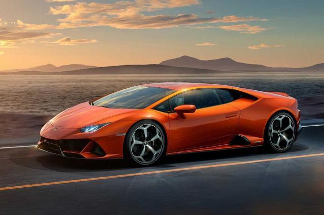 Lamborghini Huracan Evo   Za napęd wciąż odpowiada silnik V10 o pojemności 5,2 litra. Moc wzrosła z 610 do 640 KM, a maksymalny moment obrotowy z 560 Nm do 600 Nm. Pojazd ważący 1422 kg do 100 km/h przyspiesza w 2,9 s, czyli o 0,3 s szybciej. Prędkość maksymalna bez zmian wynosi 325 km/h.  Fot. Lamborghini