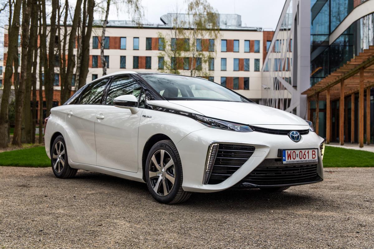 Toyota Mirai   Wytwarzając prąd w zachodzącej w ogniwach paliwowych reakcji wodoru z tlenem, Mirai nie emituje do atmosfery żadnych substancji oprócz wody. Zasięg auta wynosi od 550 do ponad 750 km i jest porównywalny z zasięgiem samochodów z silnikami benzynowymi, a czas tankowania to około trzech minut.  Fot. Toyota
