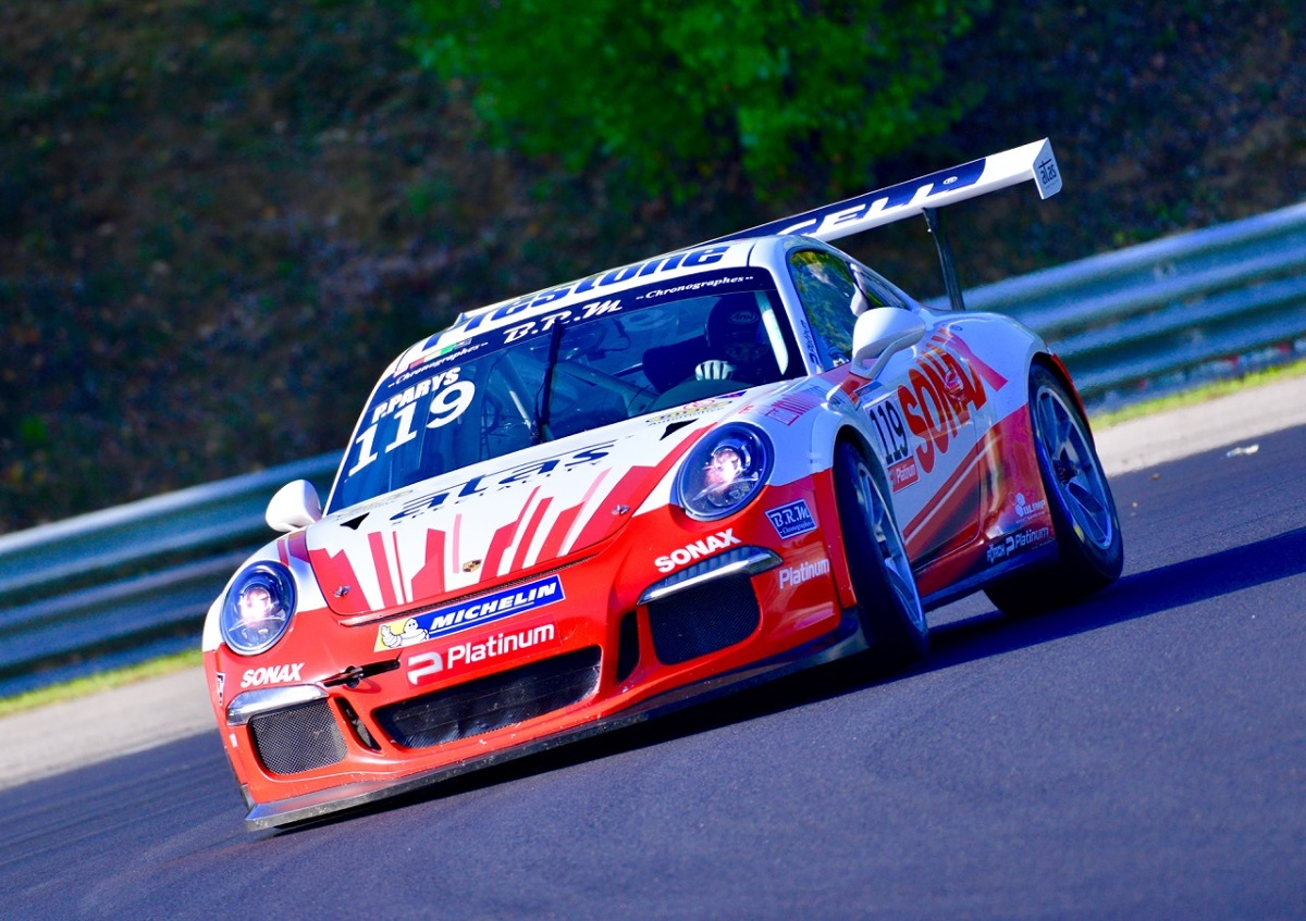 Przed rozpoczęciem finałowej rundy tegorocznego sezonu Porsche Platinum GT3 Cup Challenge Central Europe aż trzech zawodników miało szanse na zdobycie wicemistrzowskiego tytułu. Jak się okazało walka pomiędzy Mariuszem Urbańskim, Marcinem Jarosem i Marcinem Jedlińskim trwała do ostatniego wyścigu. Zwycięsko wyszedł z niej Jedliński, który dwukrotnie stanął na podium i mógł cieszyć się z kolejnego tytułu w wyścigowym serialu Porsche.   Fot. Porsche
