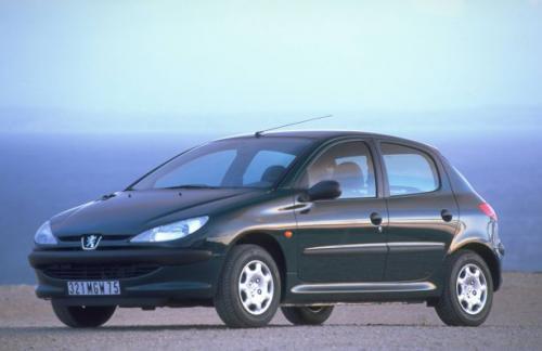 Fot. Peugeot: Peugeot 206 jest przykładem popularnego pojazdu o atrakcyjnym wyglądzie i nieskomplikowanych, ale skutecznych rozwiązaniach technicznych. Na zdjęciu wersja 5-drzwiowa.