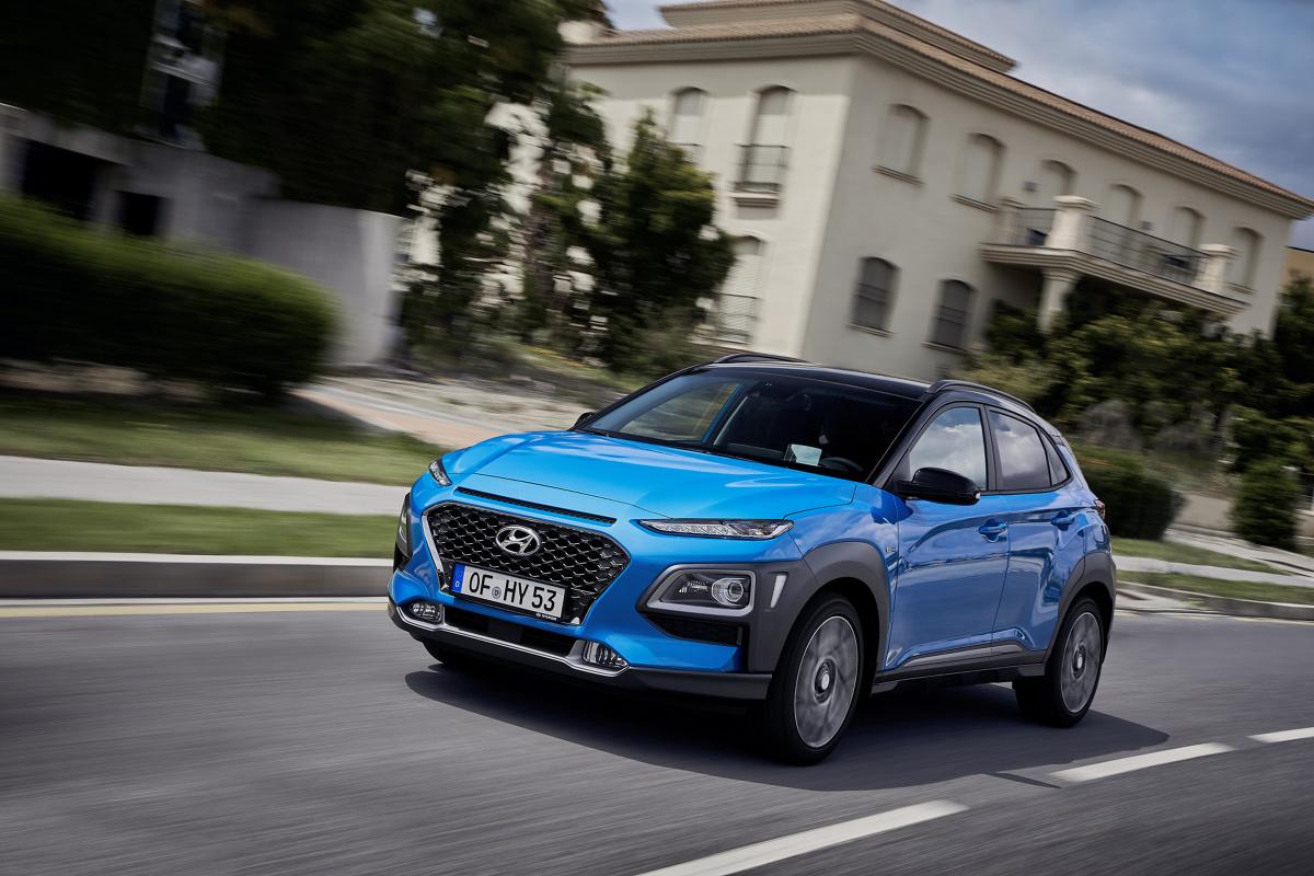 Hyundai KONA Hybrid   Nowa KONA Hybrid dostępna będzie w trzech wersjach wyposażenie: Comfort, Style oraz Premium. Do wersji z napędem hybrydowym będzie można zamówić pakiety znane już z wersji spalinowych. Ceny modelu w wersjach bazowej odpowiednio Comfort, Style i Premium to 99 900 zł, 105 900 zł i 123 900 zł. Pełny cennik ze szczegółowymi listami wyposażenie zostanie opublikowany w sierpniu 2019.  Fot. Hyundai