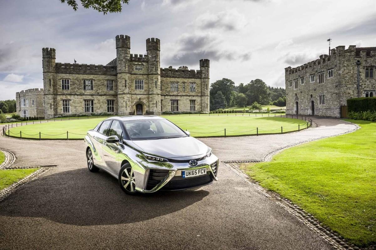 Toyota Mirai   Mirai to pierwszy w świecie sedan zasilany wodorowymi ogniwami paliwowymi, wykorzystujący wyniki badań nad technologią ogniw paliwowych rozwijaną przez Toyotę od ponad dwóch dekad oraz wiodące w świecie doświadczenia firmy w zakresie hybrydowego napędu pojazdów. Wytwarzając prąd w zachodzącej w ogniwach paliwowych reakcji wodoru z tlenem z powietrza,  Fot. Toyota