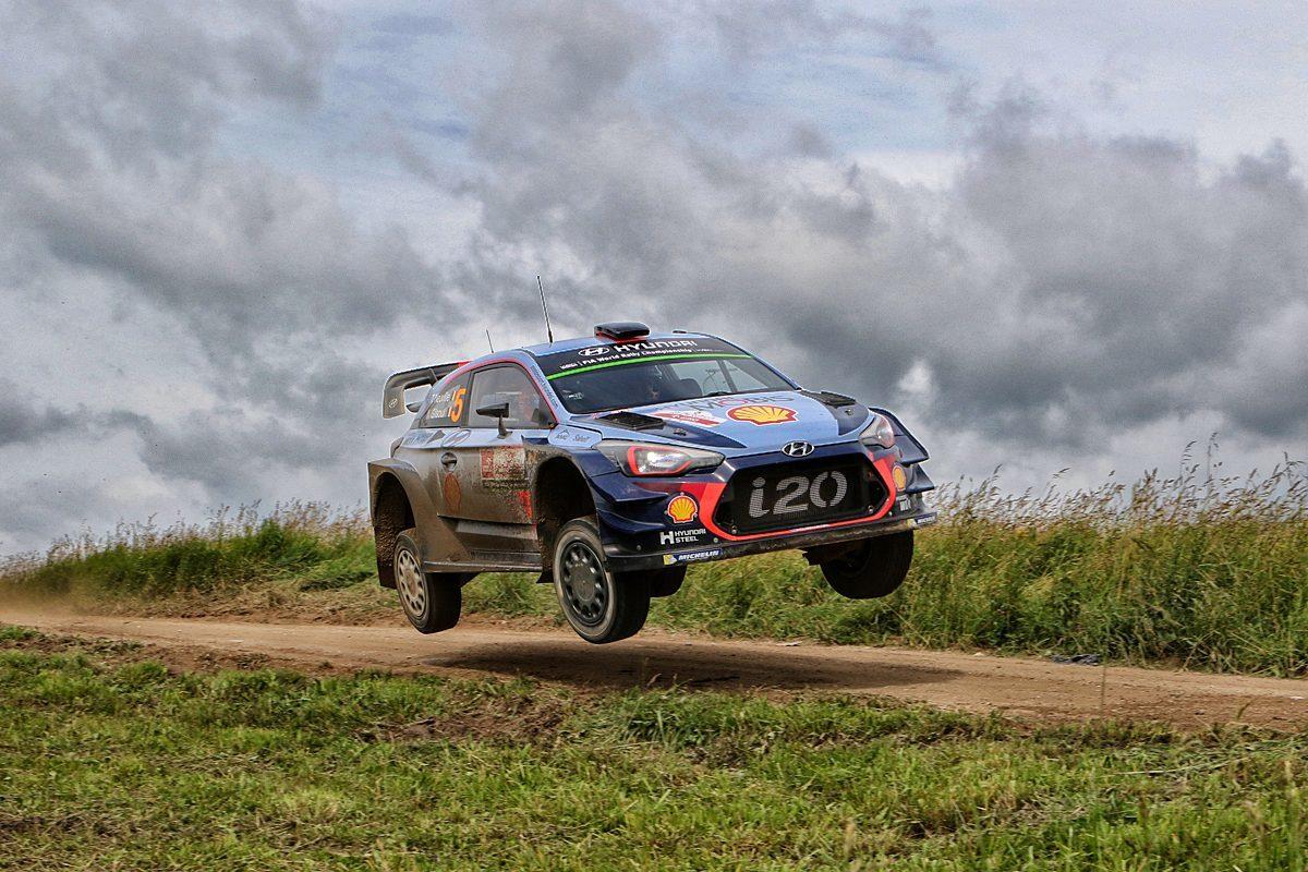 Po dramatycznym ostatnim etapie Belgijska załoga: Thierry Neuville i Nicolas Gilsoul (Hyundai i20 Coupe WRC) wygrała 74. Orlen Rajd Polski. Ich najgroźniejsi rywale: Ott Tanak i Martin Jarveoja (Ford Fiesta RS WRC) ponownie nie mieli szczęścia na Mazurach, odpadając z rywalizacji po wypadku na 21. odcinku specjalnym.  Fot. Marcin Kaliszka (rajdpolski.pl)
