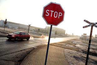 """Znak B-20 """"Stop"""". Gdzie kierowca powinien zatrzymać pojazd?"""