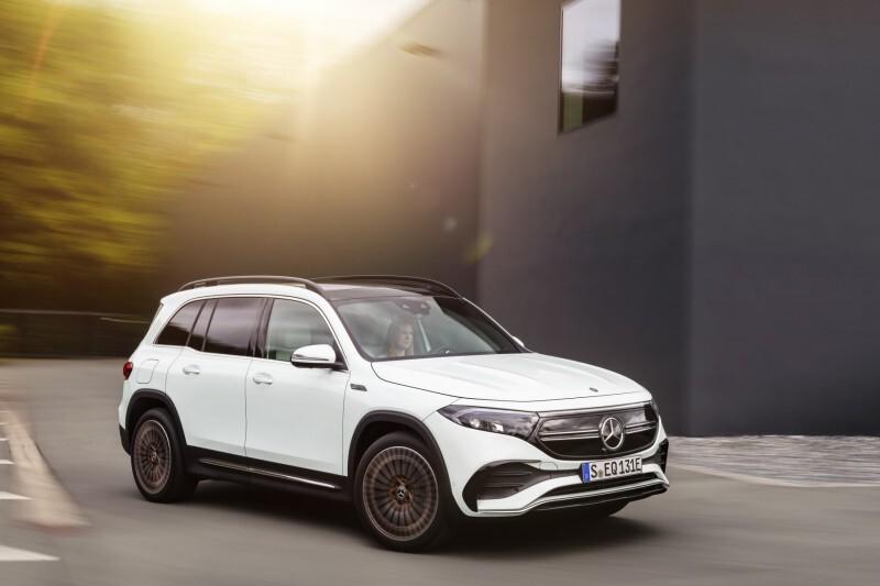 """Mercedes EQB  EQB wzbogaca cenioną rodzinę kompaktowych Mercedesów. Konstrukcyjnie jest ściśle powiązany w szczególności z dwoma modelami: z EQA, po którym """"odziedziczył"""" technikę napędu, oraz z kompaktowym SUV-em GLB, z którym dzieli duży rozstaw osi (2829 mm).  Fot. Mercedes-Benz"""