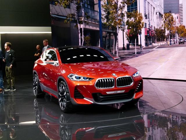 BMW X2   BMW nie zdradza danych technicznych. Przypuszczać jednak można, że nowość pod tym względem będzie miała wiele wspólnego z modelem X1. Pod maskę mogą zatem trafić trzy- i czterocylindrowe silniki, a standardem będzie napęd na przód.  Fot. Ryszard M. Perczak