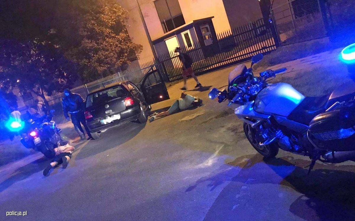 W miniony weekend policjanci z radomskiej drogówki pełniący służbę na motocyklach zatrzymali po pościgach dwóch pijanych kierowców. Jeden z nich uciekał ulicami Radomia jadąc pod prąd i spychając inne pojazdy do rowu oraz pieszych z przejść. Obaj kierowcy byli pijani. Oba pościgi znajdą w najbliższym czasie finał w sądzie. Fot. Policja
