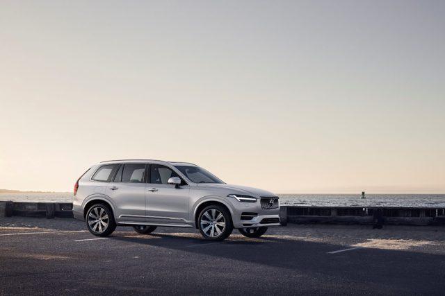Volvo XC90   Niewielkie modyfikacje na zewnątrz, spore zmiany pod maską – tak najkrócej można opisać facelift największego SUV-a Volvo. Wraz z rozpoczęciem nowego roku modelowego, wszystkie XC90 z silnikami Diesla otrzymają seryjny napęd typu mild-hybrid.   Fot. Volvo