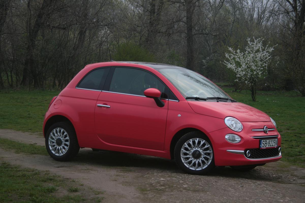"""Fiat 500  Fiat 500 nie powinien rozczarować kogoś, kto w ten właśnie sposób podejdzie do samochodu. Właściwie wszystko jest tutaj jak trzeba: gustowna stylizacja, dobre warunki podróży dla czterech osób na wygodnych fotelach (choć miejsca z tyłu nie za wiele), bogate wyposażenie seryjne i cena, adekwatna do tego, co proponuje """"pięćsetka"""".  Fot. Dariusz Dobosz"""
