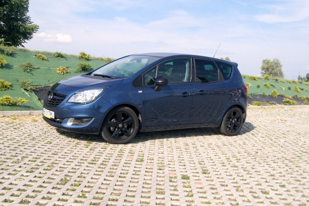 Opel Meriva po raz pierwszy pojawił się w ofercie firmy Opel w 2002 roku. Był to klasyczny pojazd typu minivan segmentu B, a nieco później pomysł zaadoptowały także inne firmy motoryzacyjne (Fiat Idea, Lancia Musa, czy Renault Modus). Jednakże Opel Meriva wniósł do segmentu, a nawet do całej motoryzacji jedną, zasadnicza innowację: zmienną przestrzeń pasażerską na tylnej kanapie FlexSpace. Wystarczyło tylko złożyć środkową część tylnej kanapy, przesunąć nieco zewnętrze siedziska do przodu i popchnąć do środka, aby model stał się pojazdem 2+2 z bardzo wygodnym miejscem z tylu.  Fot. Bogusław Korzeniowski