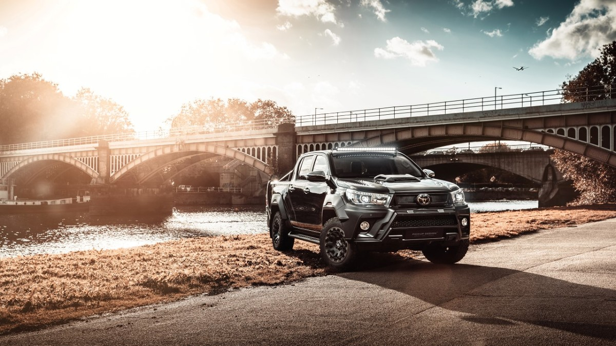 Toyota Hilux Hilly  Hilux jest napędzany 16-zaworowym, 4-cylindrowym silnikiem 2,4 l D-4D z systemem Start Stop i turbosprężarką o zmiennej geometrii łopatek, legitymującym się mocą 150 KM i momentem obrotowym 400 Nm dostępnym w przedziale 1 600–2 000 obr./min.  Średnie zużycie paliwa wynosi 6,8 l/100 km, a emisja CO2 to tylko 178 g/km.  Fot. Toyota