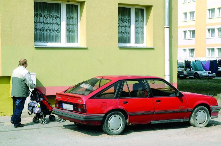 Bydgoszcz: Auto stoi tu już dwa lata i utrudnia mieszkańcom życie