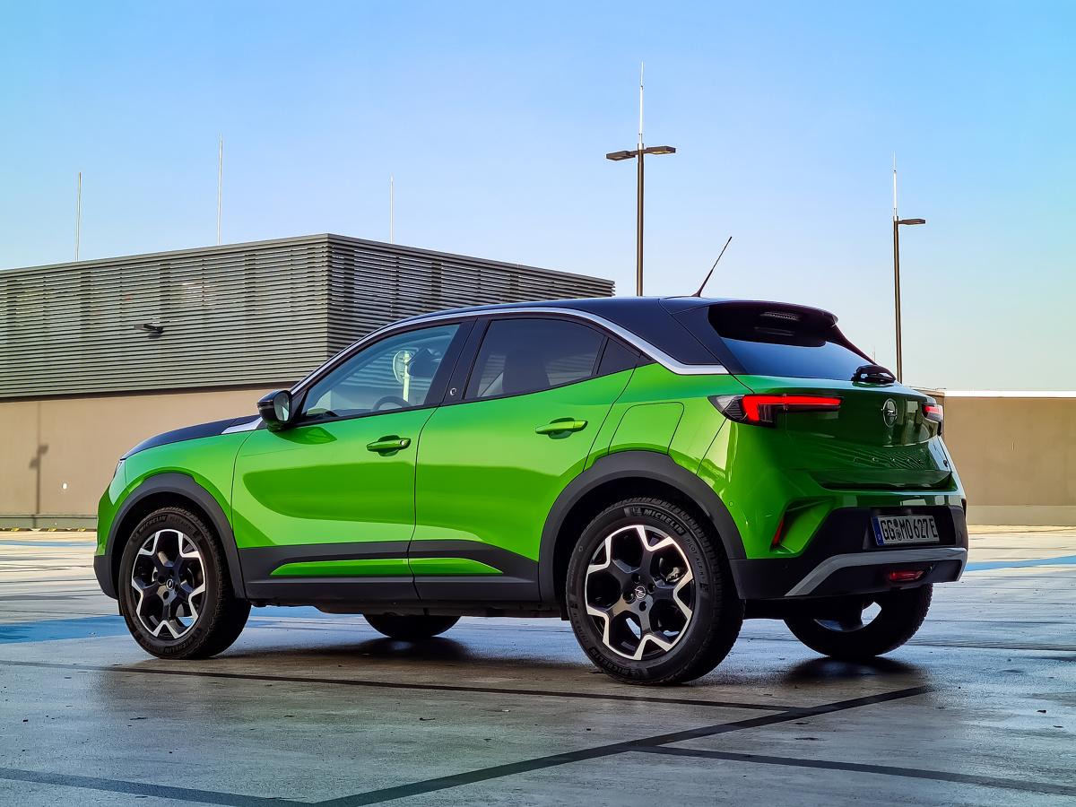 Opel w ostatnich latach dość mocno przemodelował swoją ofertę, wprowadził zdecydowaną zmianę stylistyczną, włącznie z odświeżonym logo. Zmieniły się również struktury, bowiem Opel jest teraz członkiem dużego koncernu Stellantis. Nowa Mokka jest pierwszym zupełnie nowym modelem, który ma premierę tuż po tych istotnych zmianach. Jak prezentuje się na żywo, jak jeździ i jak przedstawia się cennik tego ciekawego auta? Fot. Opel