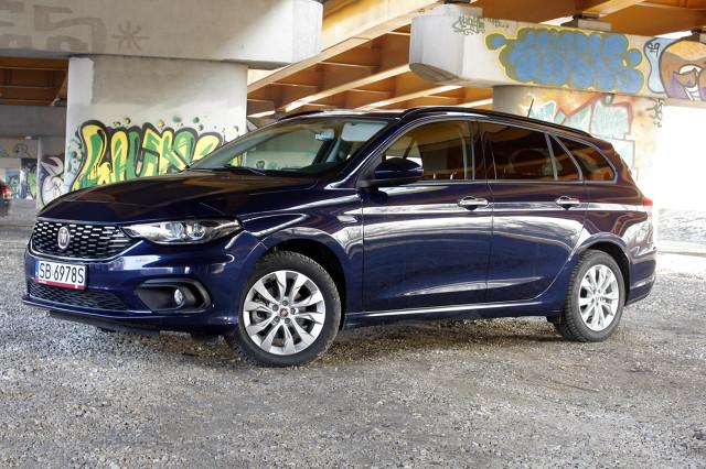 Nowy Fiat Tipo Station Wagon   Jednym z najrozsądniej wycenionych kompaktów, które sprostają potrzebom rodzin, osób prowadzących aktywny tryb życia czy przedsiębiorców jest nowy Fiat Tipo Station Wagon, czyli kombi.   fot. Motofakty.pl