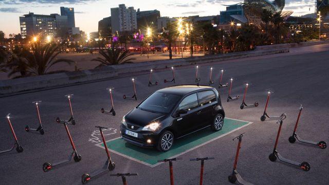 Seat Mii Electric   Silnik elektryczny Mii zapewnia moc 83 KM i osiąga moment obrotowy 212 Nm. Oznacza to, że ten pięciodrzwiowy samochód miejski może rozpędzić się do 50 km/h w zaledwie 3,9 sekundy. Z kolei litowo-jonowy akumulator o pojemności 36,8 kWh po jednym ładowaniu zapewnia zasięg do 260 km (według WLTP).  Fot. Seat