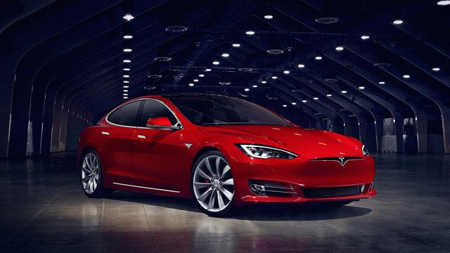 Tesla Model S   Liftback dzięki modernizacji upodobnił się do oferowanego Modelu 3 i Modelu X. Zdecydowano się na rezygnację z atrapy chłodnicy, a reflektory wykorzystują technologię LED.  Fot. Tesla