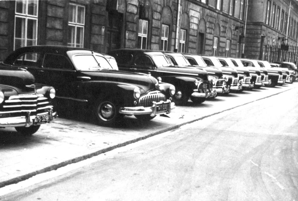 Zdjęcie wykonane pod koniec lat 40. przed jednym z ministerstw w Warszawie, Fot: Chevrolet