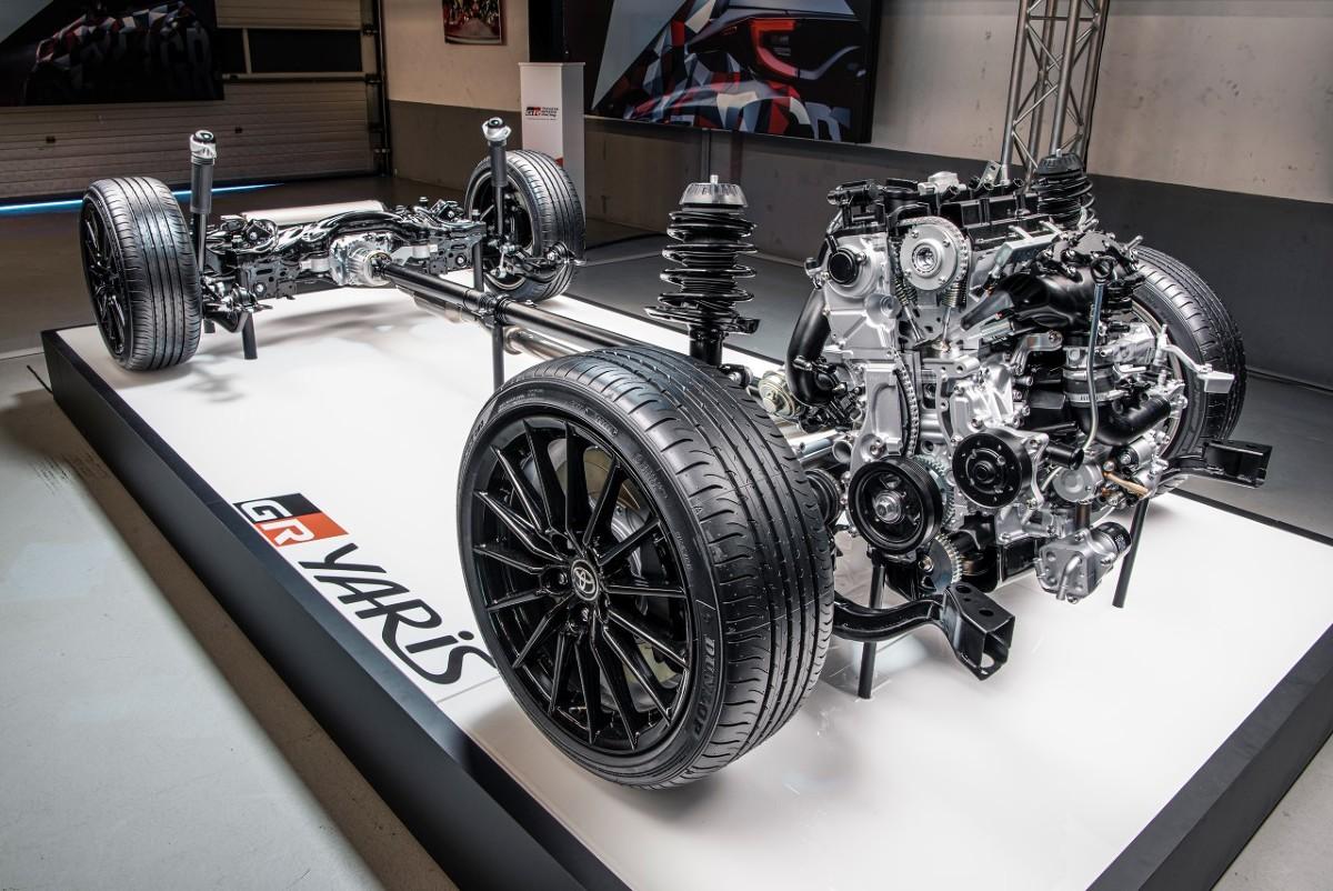 Toyota GR Yaris   Toyota GR Yaris z zewnątrz przypomina miejskiego hatchbacka. W środku przemyca zaawansowany napęd 4x4, mocny silnik, lekką konstrukcję z włókna węglowego i aluminium, gruntownie zmodyfikowane zawieszenie i ogromne hamulce. Takie cechy pozwalają jej walczyć z wieloma większymi hot hatchami. Jakie sekrety kryje w sobie drogowe auto, które jest bazą dla następnej rajdówki WRC Toyoty?  Fot. Toyota