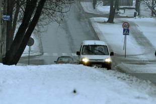 Jazda pod górkę zimą. O czym pamiętać?