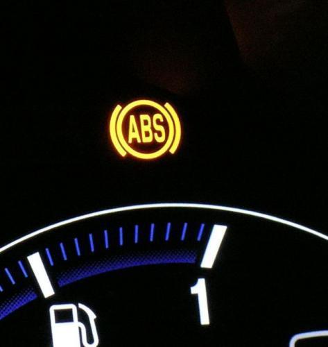 Fot. Grzegorz Burda: Świecąca lampka ABS-u informuje o usterce układu. Wówczas układ hamulcowy działa tak, jakby był bez ABS-u.