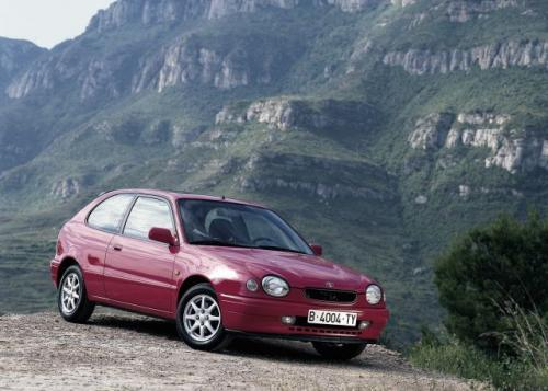 Fot. Toyota: Corolla produkowana w latach 1997 – 2000 miała pojedyncze, przednie reflektory. Na zdjęciu wersja hatchback.