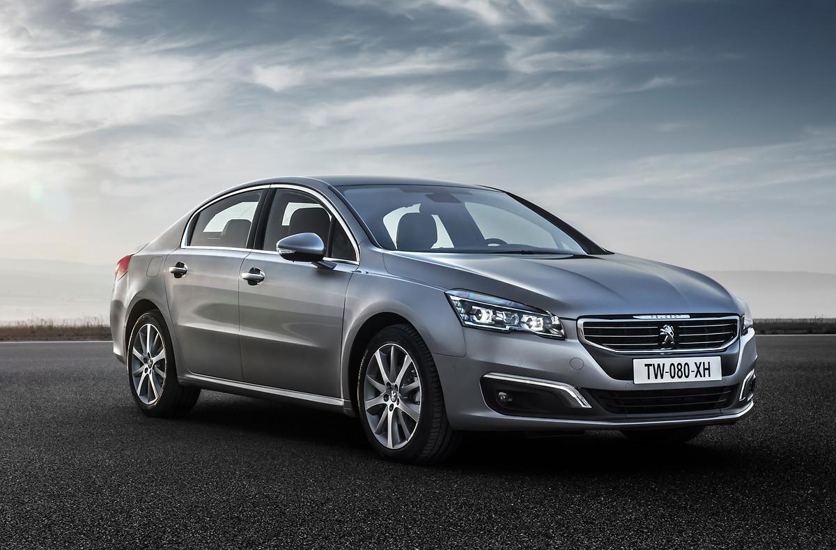 Przy nowym Peugeocie 508, poprzednia generacja tego auta wygląda zachowawczo i nudnie. Mimo to, za wcześniejszą pięćsetósemką przemawia sporo argumentów pozwalających rozważyć to auto jako ciekawą propozycję używanego samochodu klasy średniej.   Fot. Peugeot