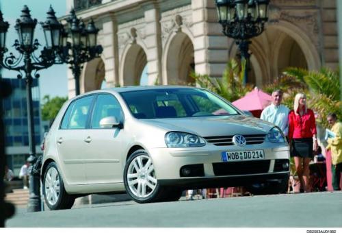 Fot. VW:  VW Golf to ostoja koncernu. W najnowszym wydaniu prezentuje zmodernizowany wygląd, nową płytę podłogową i wielowahaczowe zawieszenie z tyłu. Bagażnik o objętości 350 l można powiększyć, składając tylną kanapę.