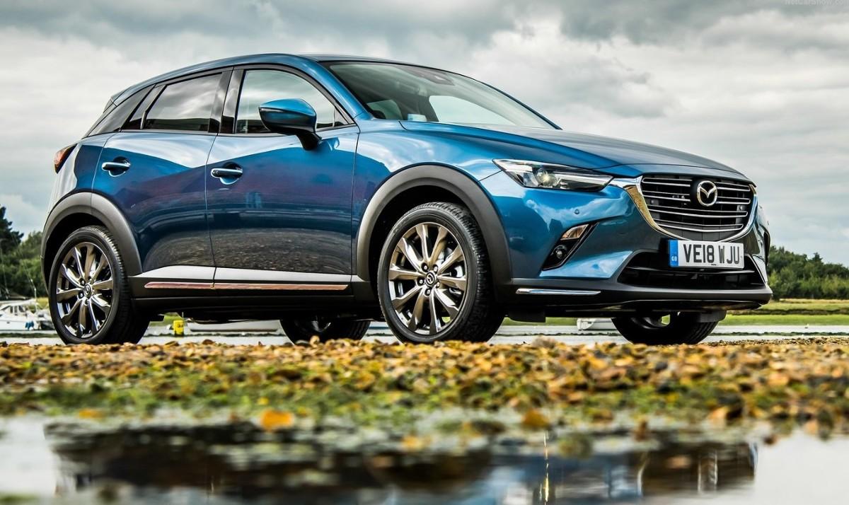 Mazda CX-3  Miejskie crossovery biją rekordy popularności i stanowią ciekawą alternatywę dla aut z segmentu B i C. Wielu kierowców sięga po modele z nieco wyższym zawieszeniem argumentując to większym poziomem bezpieczeństwa, a przede wszystkim odpornością na nierówne miejskie drogi i wysokie krawężniki. Jak w tym segmencie odnajdują się Seat Arona i Mazda CX-3?  Fot. Mazda
