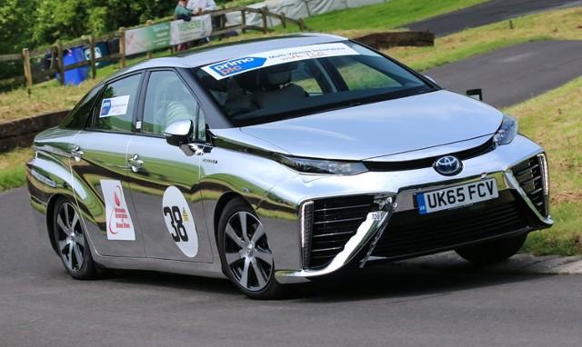 Toyota Mirai   Samochód ma zasięg 550-750 km na jednym tankowaniu, które trwa około 3 minut. Auto napędza silnik elektryczny o mocy 154 KM, przyspiesza do 100 km/h w 9,6 s i rozpędza się do 178 km/h.  Fot. Toyota