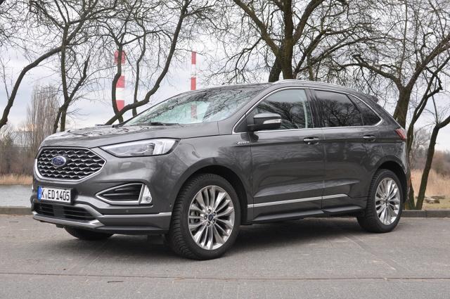 W Europie Ford kojarzy się głównie z autami miejskimi, kompaktowymi i klasy średniej. Fiesta, Focus i Mondeo to bestsellery, które zdobyły serca klientów i wtopiły się w krajobraz także polskich dróg. Inaczej jest za oceanem, gdzie na popularność marki pracują duże SUV-y i pickupy. Do naszej redakcji trafił przybysz zza wielkiej wody, który niedawno przeszedł kurację odmładzającą. Oto Ford Edge w topowej wersji Vignale z 238-konnym dieslem pod maską.  Fot. Jakub Mielniczak