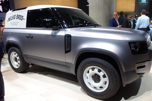 Land Rover Defender   Gama modeli obejmuje Defender, S, SE, HSE, First Edition oraz topowy model Defender X. Jak zapowiada producent, nabywcy będą mogli personalizować swój samochód na wiele sposobów. Będą nawet mogli wybrać satynową folię ochronną, aby lakier zewnętrzny był jeszcze bardziej trwały.  Fot. Ryszard M. Perczak