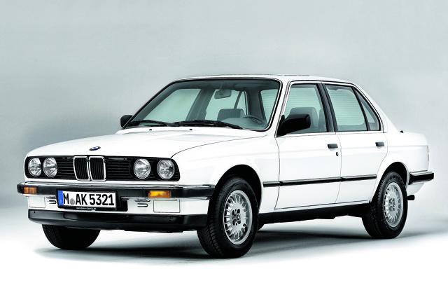 BMW E30   Małe BMW najlepiej oceniać okiem ignoranta., który nic nie wie o marce z Monachium, a przełom lat 80. i 90. spędził w bibliotece. Wówczas z łatwością przekonamy się, że pociągający klasyk, wygodny do jazdy przez okrągły rok.   Fot. BMW