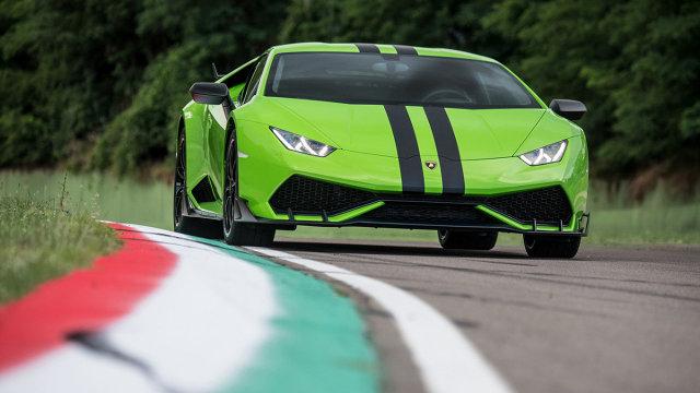 Lamborghini Huracan  Wzrok przyciąga jaskrawy lakier i pasy, które biegną wzdłuż nadwozia. Zdecydowano się także na 20-calowe felgi przykręcane centralną śrubą.  Fot. Lamborghini