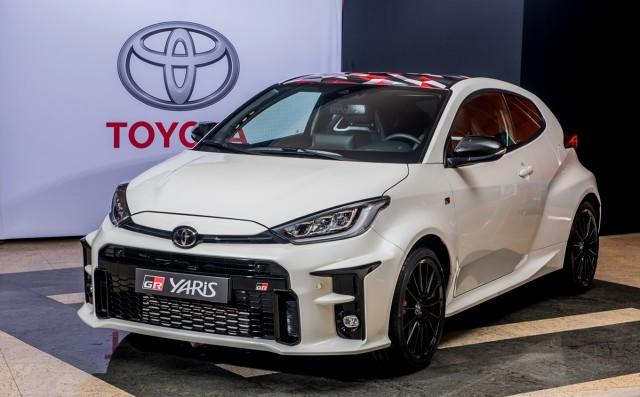 Toyota GR Yaris   Toyota rozpoczęła produkcję 261-konnego sportowego GR Yarisa. Pierwszy egzemplarz hatchbacka, spokrewnionego z Yarisem WRC nowej generacji, opuścił linię produkcyjną i jest w drodze do swojego właściciela. Samochód powstaje w fabryce Motomachi, znanej z produkcji takich modeli jak Lexus LFA, Lexus LC czy Toyota Mirai.  Fot. Toyota