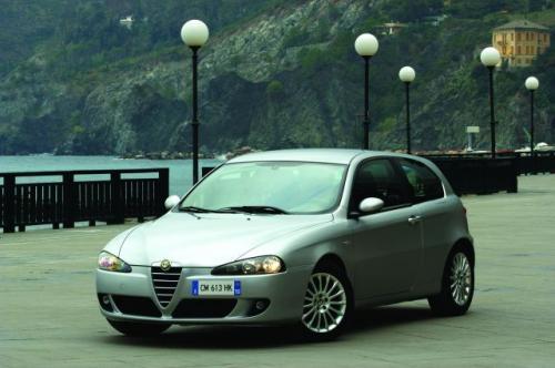 Fot. Alfa Romeo: Alfa Romeo 147 została ostatnio poddana face liftingowi. Nową wersję łatwo rozpoznać po innym kształcie reflektorów.