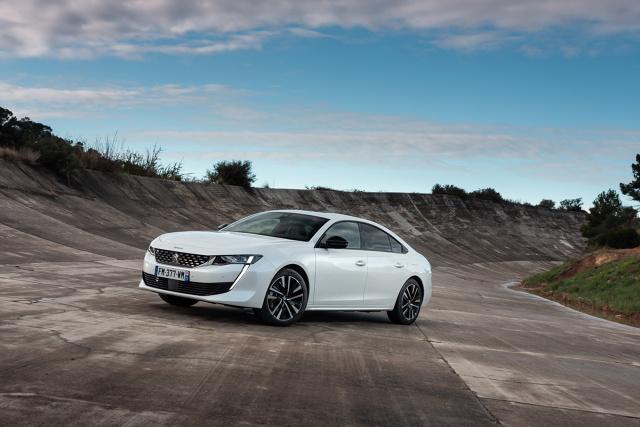 Peugeot 508 Hybrid  Silnik benzynowy 1,6 l z grupy PureTech w tej hybrydzie rozwija moc 133 KM. Maksymalna moc silnika elektrycznego to 110 KM/80 kW. Ich łączna maksymalna moc tzw. systemowa, przenoszona tylko na przednią oś, wynosi 225 KM/165 kW. W skład hybrydy napędzającej Peugeota 508 wchodzi również akumulator trakcyjny o pojemności 11,8 kWh, umożliwiający pokonanie w trybie wyłącznie elektrycznym dystansu średnio do 40 kilometrów w cyklu WLTP (50 kilometrów w cyklu NEDC).  Fot. Peugeot
