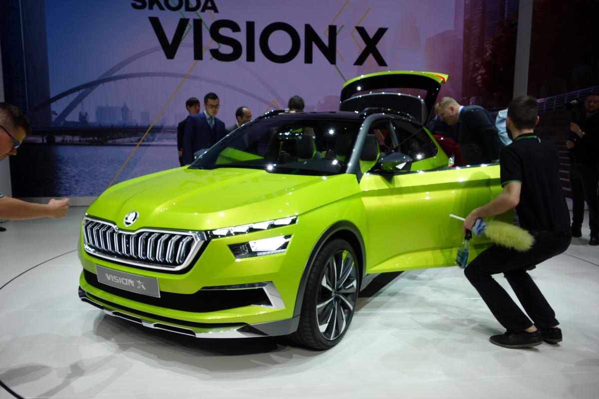 Skoda Vision X   Model Viision X posiada 1,5-litrowy, czterocylindrowy silnik TSI G-TEC z turbodoładowaniem. Hybrydowy układ napędowy koncepcyjnego auta zapewnia maksymalną moc na poziomie 130 KM i maksymalny moment obrotowy wynoszący 250 Nm. Jeden ze zbiorników gazu ziemnego znajduje się pod tylnym siedzeniem, drugi za tylną osią pojazdu. CNG napędza przednią oś, z kolei silniki elektryczne, tylną.  Fot. Ryszard M. Perczak