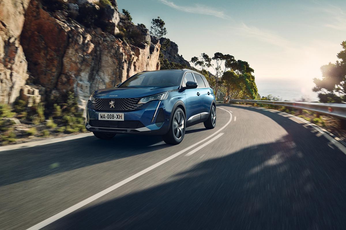 """Kompaktowy SUV Peugeota model 5008 przeszedł face lifting. Dzięki zmienionemu przodowi, nowym tylnym światłom Full LED, nowym kolorom nadwozia i oferowanemu po raz pierwszy pakietowi """"Black Pack"""" samochód jest jeszcze bardziej okazały i nowoczesny. Poznaliśmy także polskie ceny nowości.  Fot. Peugeot"""
